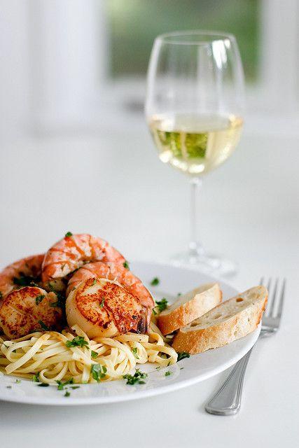 Krewetki i białe wytrawne wino (źródło: pinterest)