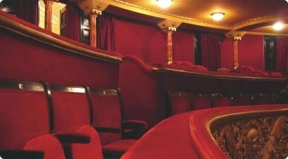 Wieczór w teatrze (źródło: www.katalogmarzen.pl)