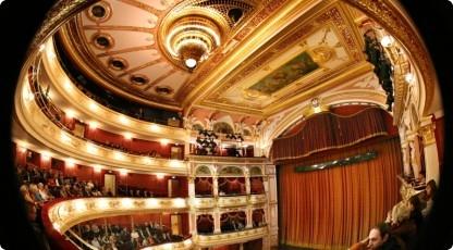 Wieczór w operze (źródło: www.katalogmarzen.pl)