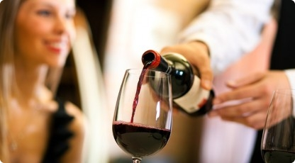 Degustacja wina (źródło: www.katalogmarzen.pl)