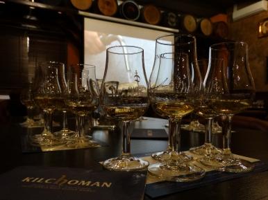 degustacja whisky (źródło: www.wyjatkowyprezent.pl)