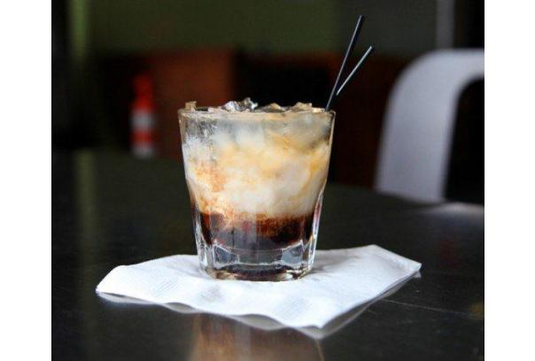 smakowicie wyglądający drink , wódka i likier kawowy w postaci zmrożonego lodem napoju