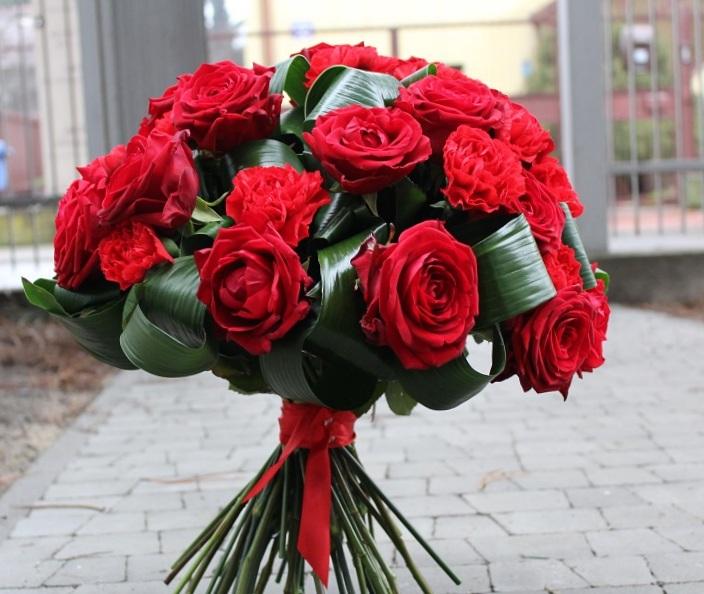 romantyczny prezent to bukiet czerwonych róż bez okazji