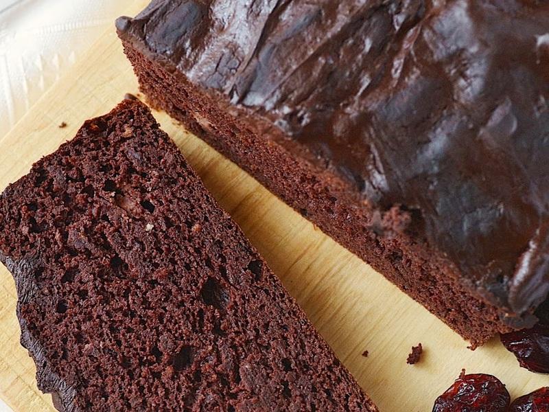 pyszne ciasto czekoladowo fasolowe na desce