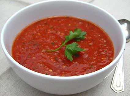 gazpacho podane w białej kokilce udekorowane natką pietruszki