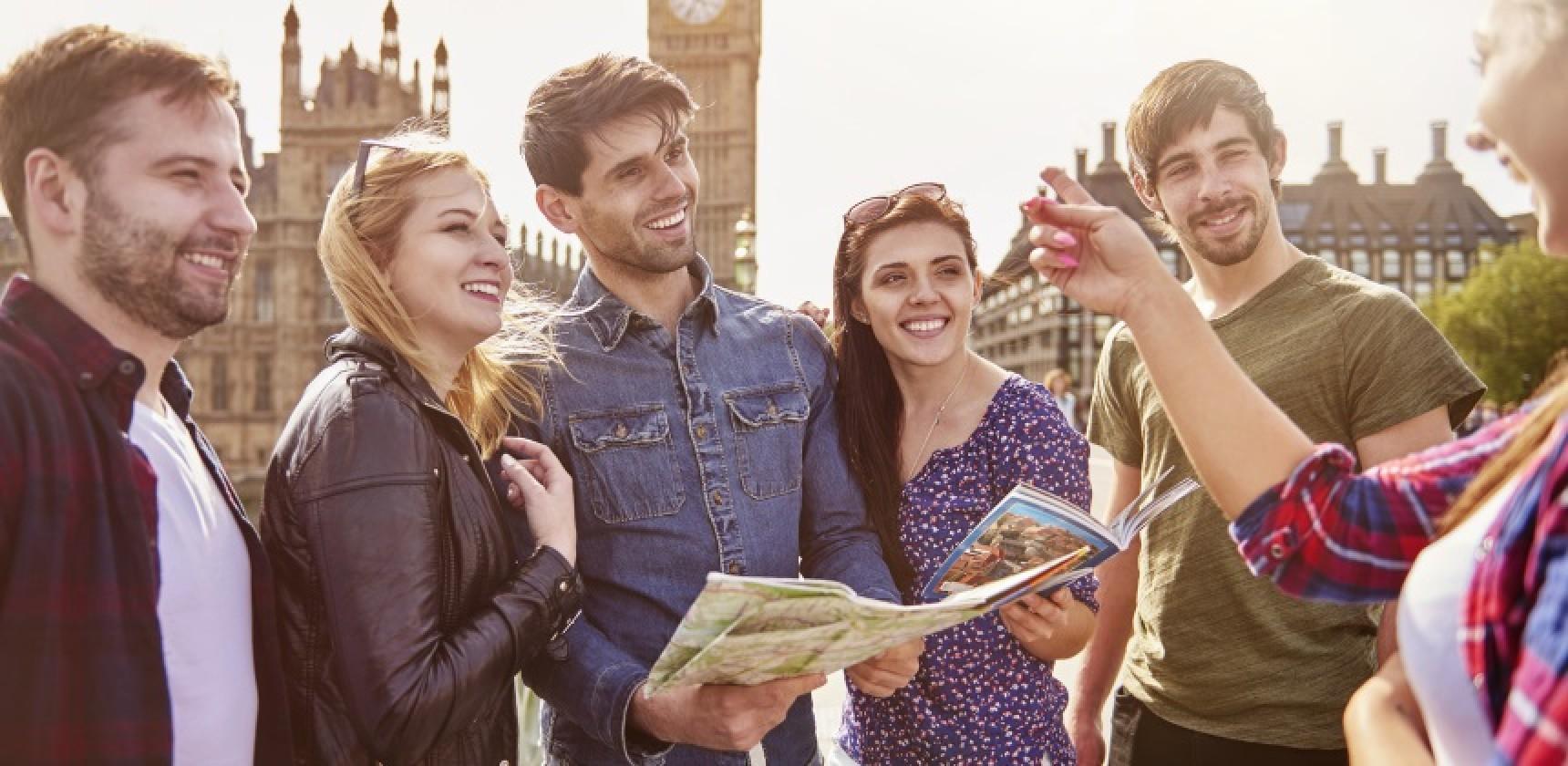 Kurs język angielski, poznań oferuje. Młodzi ludzie rozmawiają