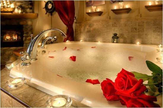 romantyczny prezent dla dziewczyny to kąpiel  z pianą w świetle świec i płatków róż