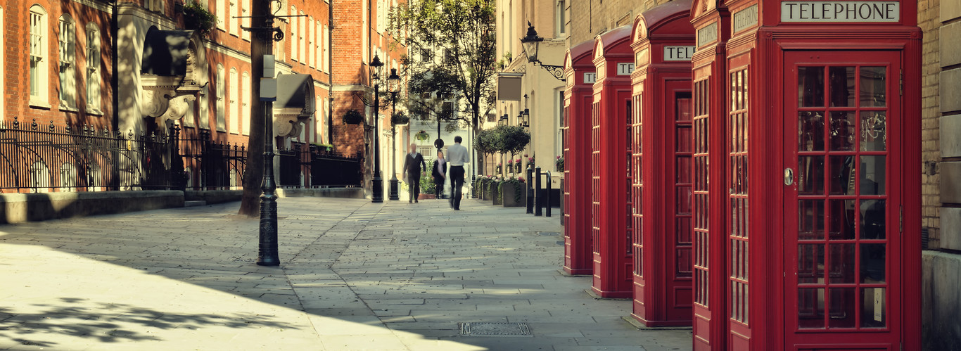 weekend w londynie i słynne czerwone budki telefoniczne ustawione wzdłóź budynku na ulicy