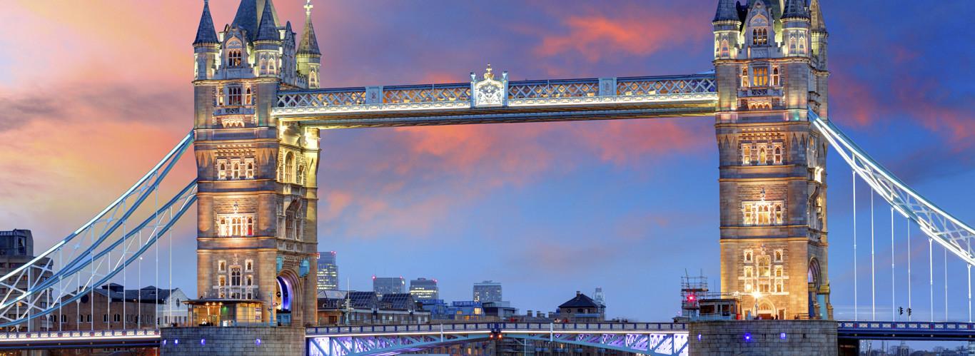 weekend w londynie i zwiedzanie london bridge przy zachodzie słońca