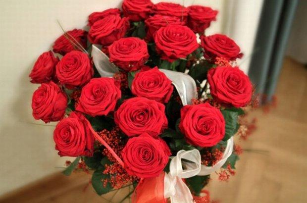 romantyczny prezent to bukiet róż dany bez okazji i przyczyny