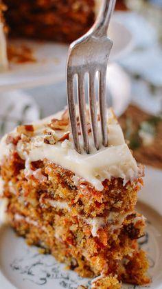 widelec wbity w ciasto marchewkowe z lukrem